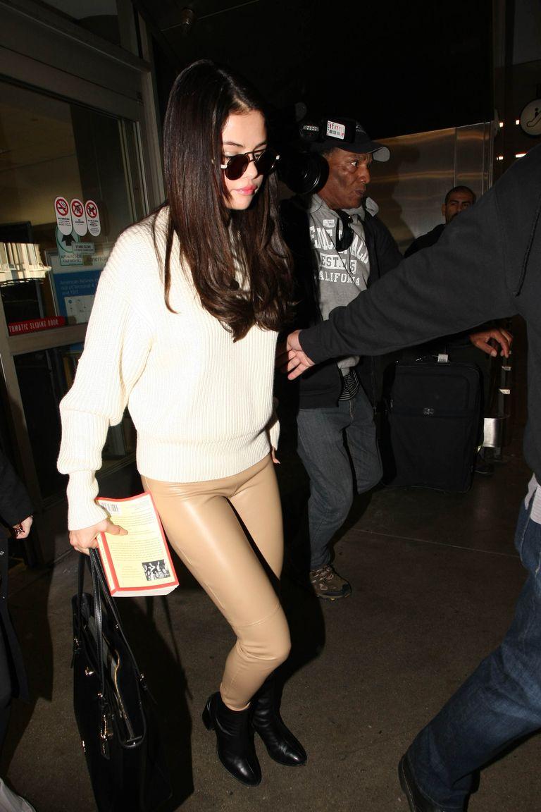 Fashion Selena Gomez Kenakan Legging Warna Kulit Penyanyi 24 Tahun Ini Seperti Tak Pakai Celana Tribunstyle Com