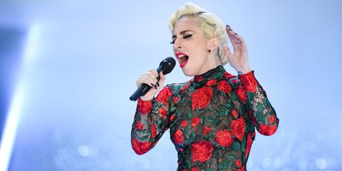 Performance, Singer, Singing, Microphone, Music artist, Performing arts, Blond, Event, Fun, Pop music,