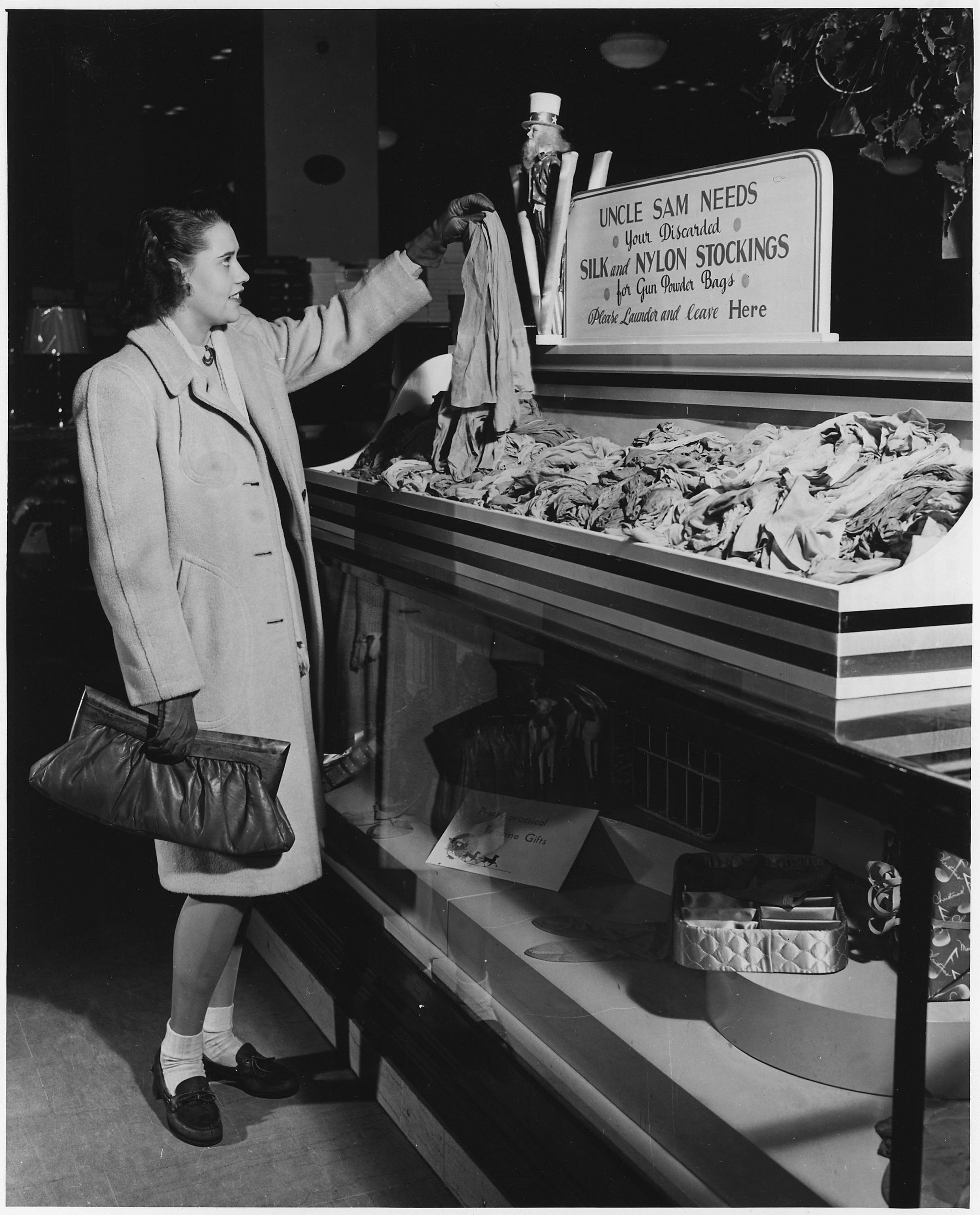 In nylon frauen tv Women shopping
