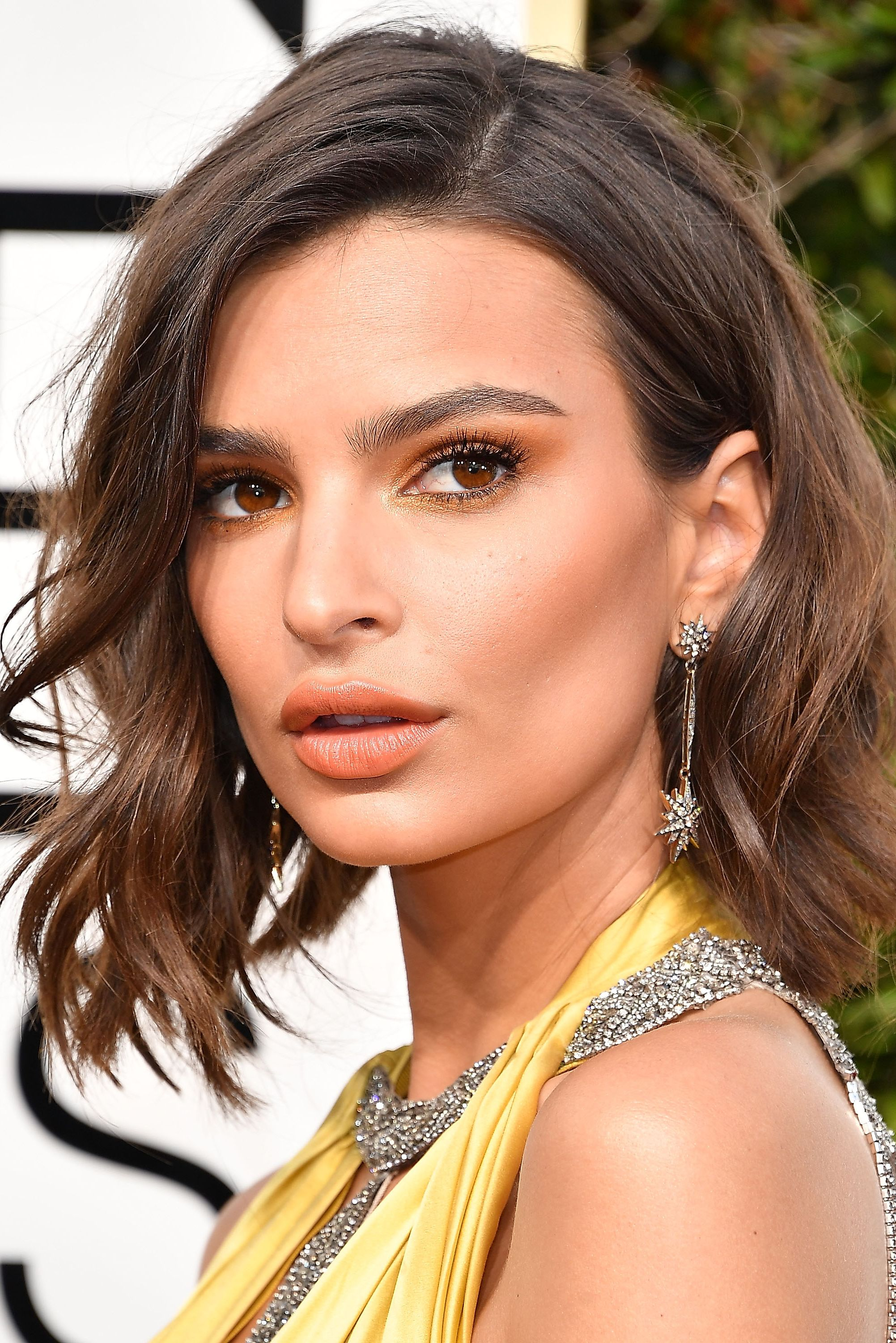 Emily Ratajkowski Consider supermodel Emily Ratajkowski's I-just-left-the-beach waves a no-brainer when it comes to bobs. It's really hard to mess this style up.