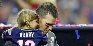 Tom Brady con su hija en brazos.