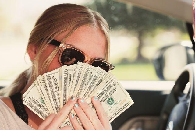 mujer sujetando billetes