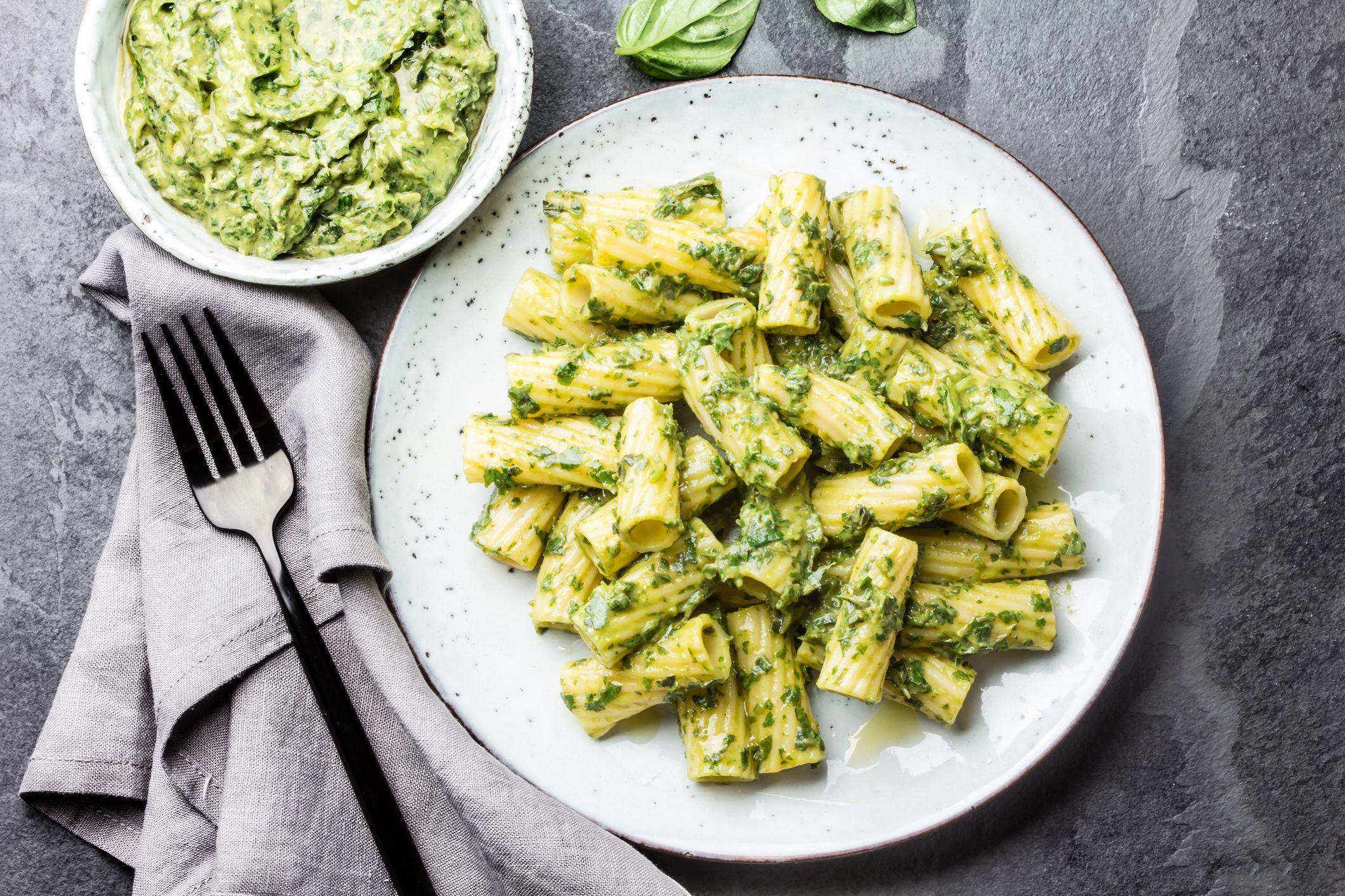Il pesto di zucchine è la ricetta facile e leggera che vi farà dimenticare il pesto tradizionale (o quasi)