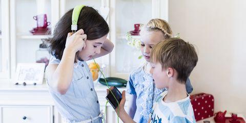 Hair, Child, Hairstyle, Room, Ear, Toddler, Hair accessory, Play, Headband, Fashion accessory,