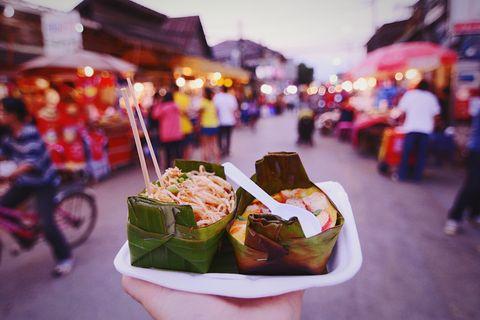 Dimmi dove vai e ti dirò che cibo di strada troverai. Guida al migliore street food del mondo