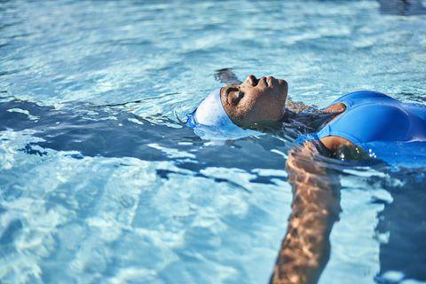 游泳減肥一個月瘦12公斤!選對水溫、游泳姿勢和運動時間更有效率