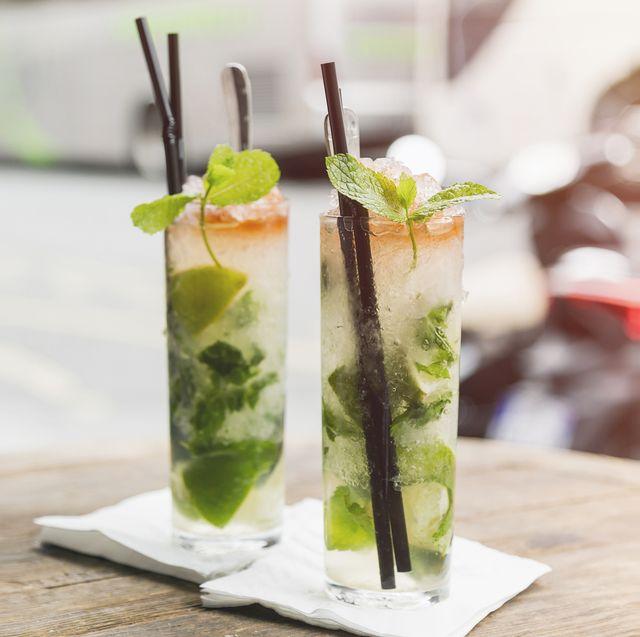 frankreich, paris, mojito cocktail im freien in einem cafe in paris im sommer