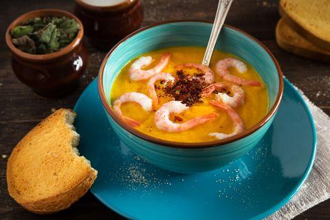 La zuppa di pesce più speciale dell'estate 2018 si fa con il latte di cocco, e la ricetta ve la diamo noi
