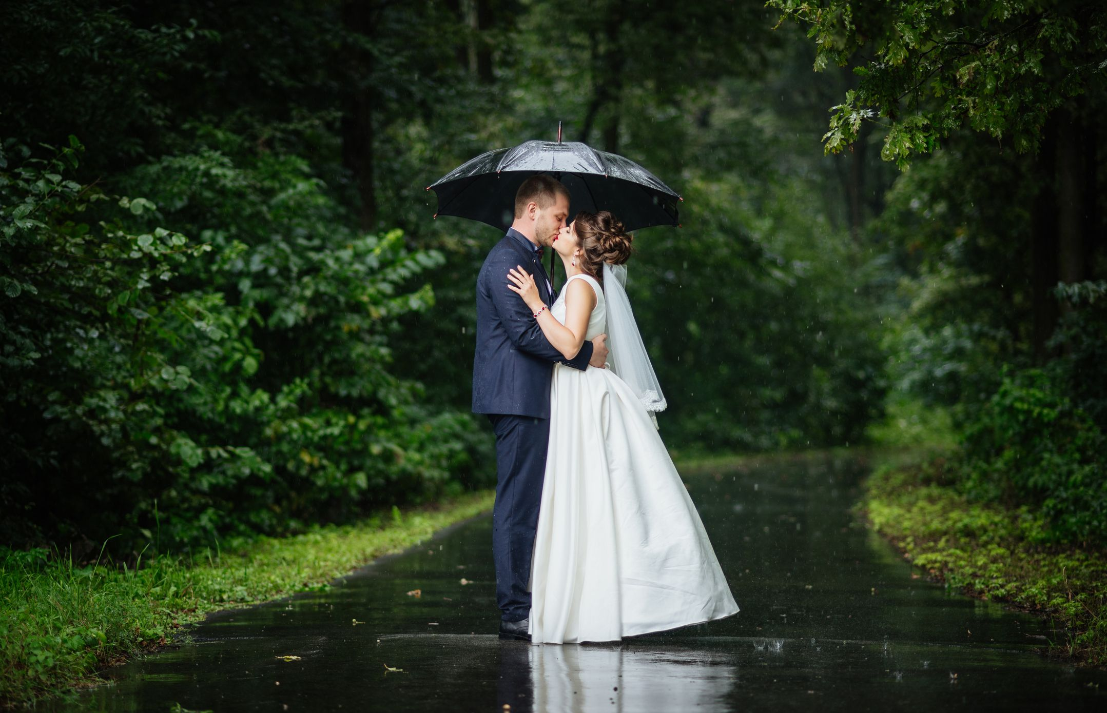This is how to tell if it will rain on your wedding day, apparently