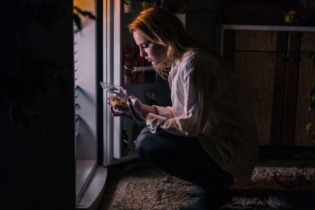 vrouw koelkast avond snack
