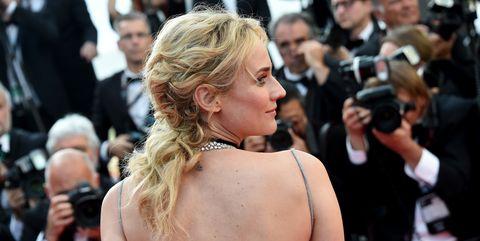 Shoulder, Jewellery, Crowd, Audience, Premiere, Chest, Public event, Blond, Necklace, Camera,