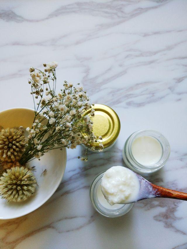 kefir marmer gedroogde bloemen