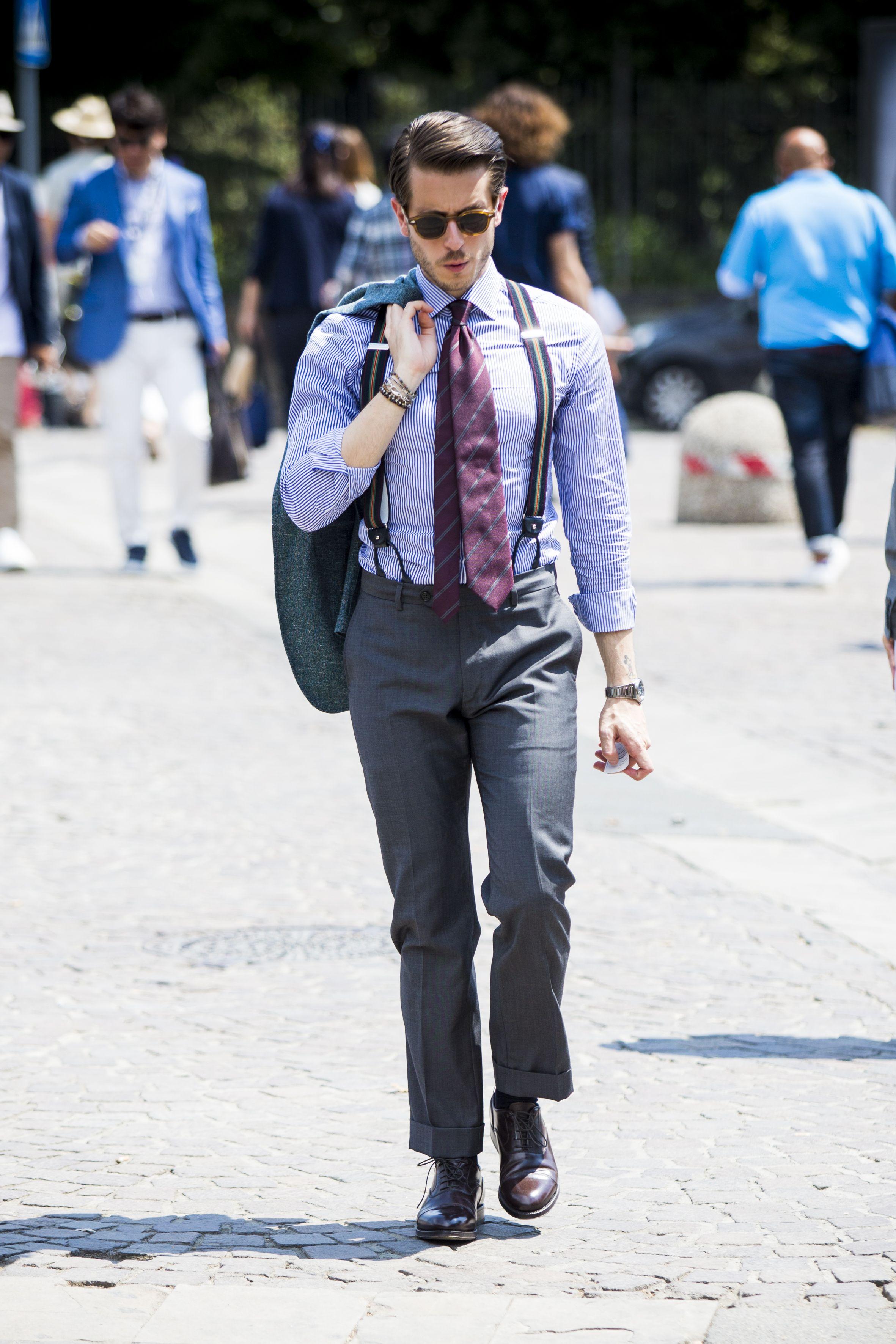attore jeans giacca cravatta