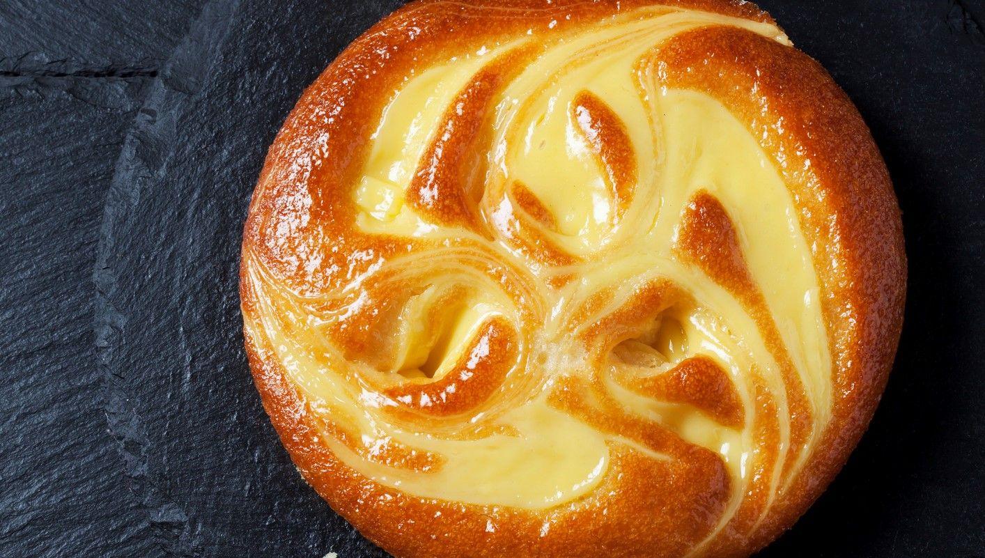 La torta nua ripiena di crema pasticcera è il dolce morbido e cremoso perfetto sia come dessert che a colazione