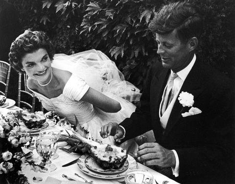 Newport, États-Unis 01 septembre le sénateur john kennedy et la mariée jacqueline assis ensemble à l'extérieur à table, mangeant une salade d'ananas, à leur réception de mariage photo de lisa larsenthe collection d'images de la vie via Getty Images