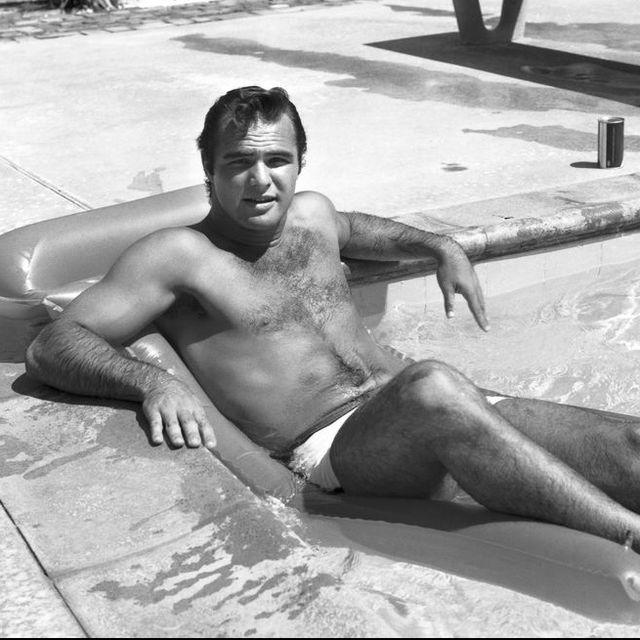 burt reynolds en la piscina de su casa de los Ángeles en 1960