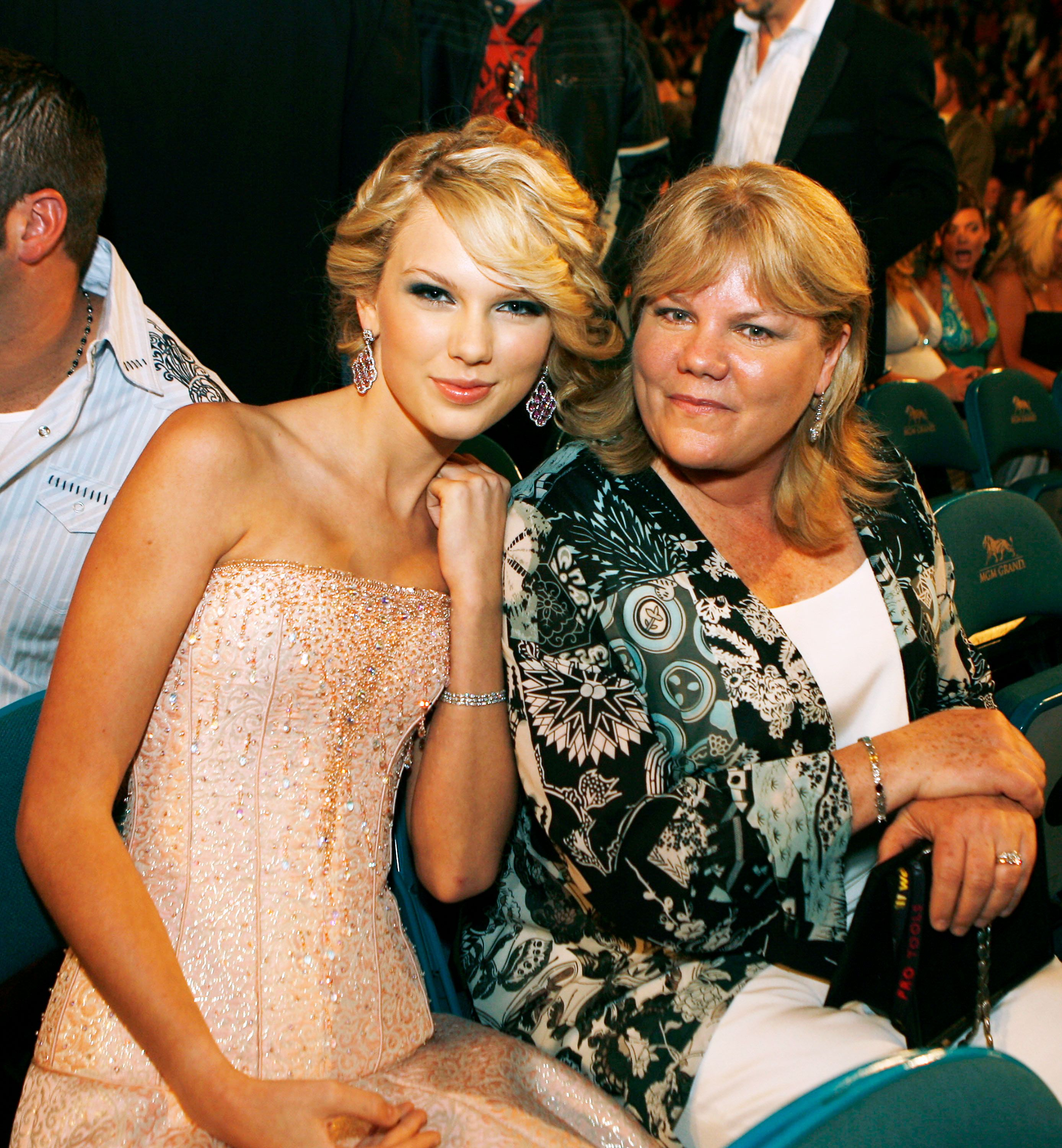Taylor Swift Opens Up About Her Mom S Brain Tumor Cancer Battle