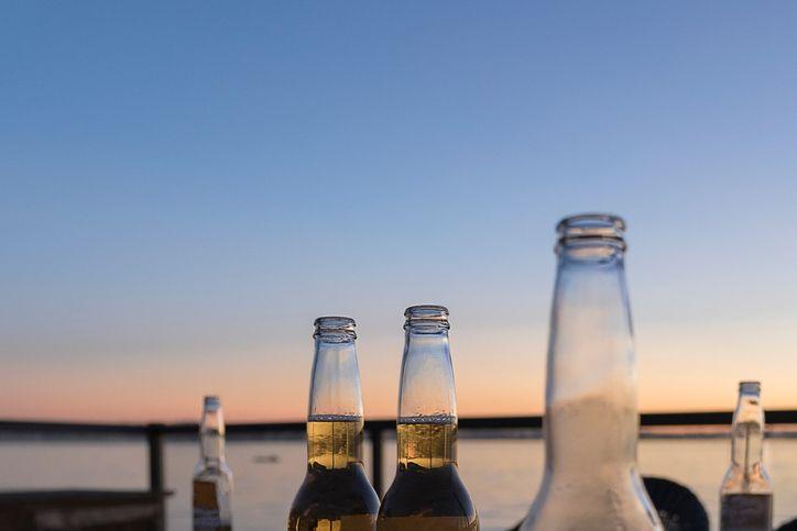 Perché bere una birra in spiaggia al tramonto è scientificamente perfetto