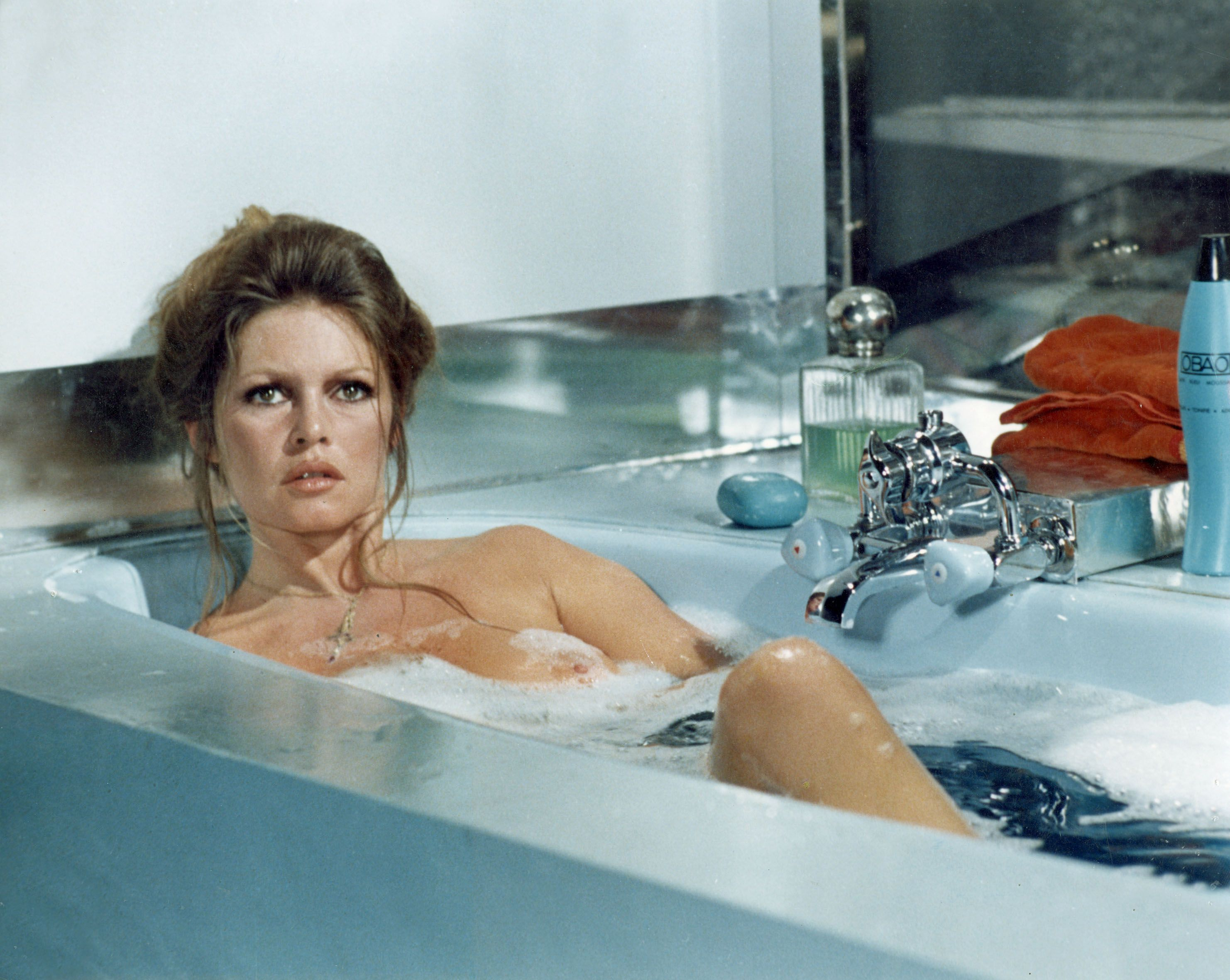 35 Celebrity Bath Tub Moments - Iconic Photographs of Celebs in the Bath