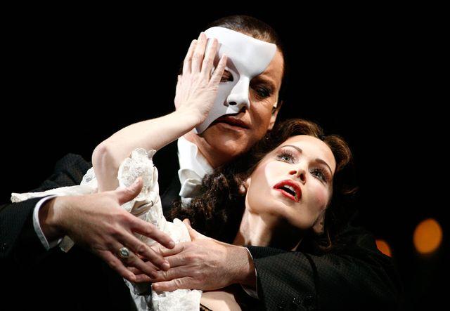 ملبورن ، استرالیا ، 26 ژوئیه آنتونی وارلو و آنا مارینا ، بازیگران اعضای Phantom of the Opera در صحنه دعوت عکس برای تولید جدیدترین طولانی ترین نمایش موزیکال برادوی Phantom of the Opera در پرنسس تئاتر در تاریخ 25 ژوئیه 2007 ملبورن ، استرالیا این موزیکال بیش از 50 جایزه مهم تئاتر از جمله هفت جایزه تونی را از آن خود کرده و با بیش از 80 میلیون نفر در 25 کشور و 124 شهر جهان بازی کرده است. عکس از سیمون فرگوسن
