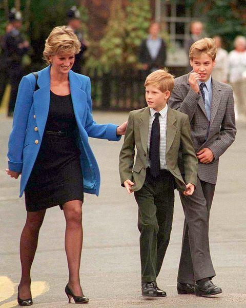 英國皇室的肢體語言心理學!從「護兒動作」一眼看出凱特王妃、黛安娜王妃育兒術代表的秘密
