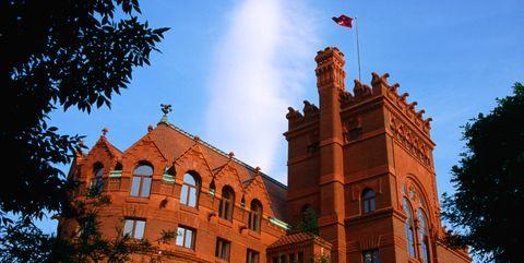 Landmark, Sky, Architecture, Building, Tree, House, Estate, Stately home, City, Mansion,
