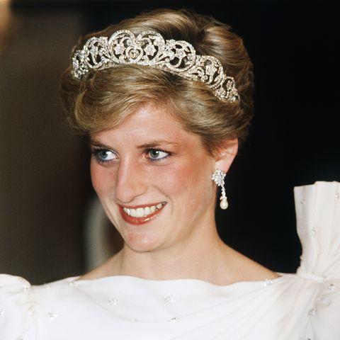 Headpiece, Hair, Hair accessory, Bridal accessory, Clothing, Hairstyle, Fashion accessory, Tiara, Bride, Beauty,
