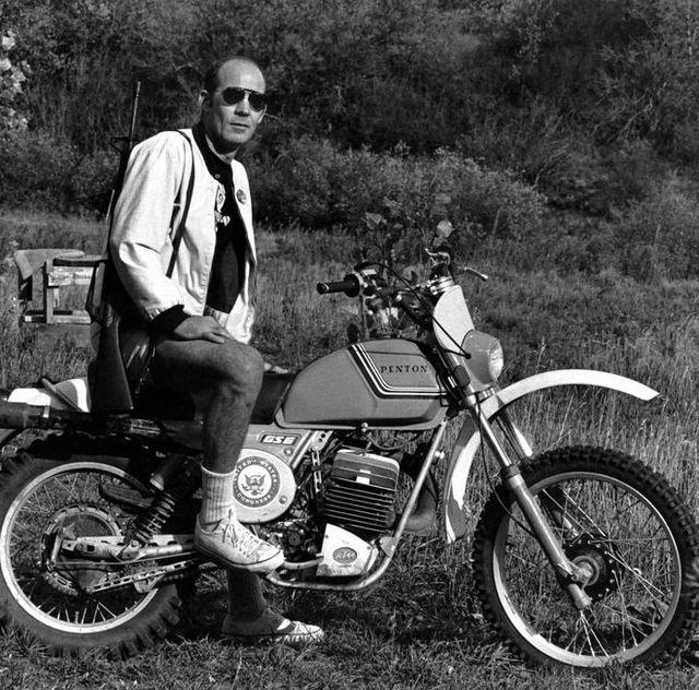 1976年、アスペン牧場にライフルを持って、「ペントン」バイクにまたがる、ジャーナリストのハンター・s・トンプソン。