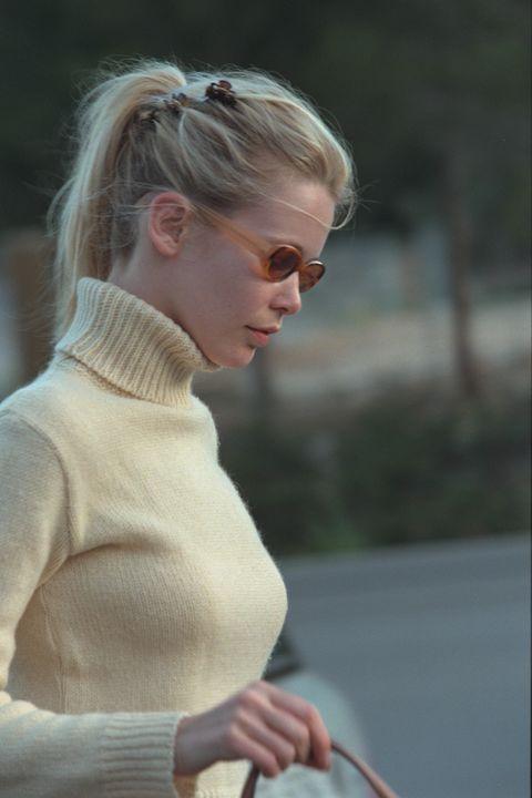 Hair, Blond, Hairstyle, Fashion, Outerwear, Shoulder, Eyewear, Street fashion, Neck, Glasses,