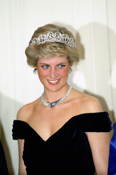 Allemagne 02 novembre diana, princesse de galles porte un collier de saphirs et de diamants, qui était un cadeau du sultan d'Oman, et le diadème de spencer avec une robe conçue par victor edelstein à un banquet à bonn, allemagne photo de tim graham photothèque via Getty Images