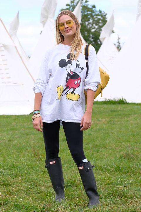 Clothing, White, Street fashion, Footwear, Fashion, T-shirt, Yellow, Knee, Eyewear, Leggings,
