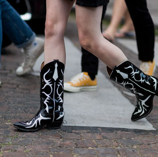 Footwear, Human leg, Black, Shoe, Leg, Calf, Street fashion, Ankle, Joint, Snapshot,