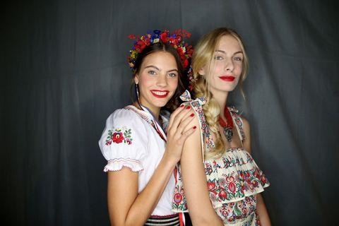Matrimonio Gipsy Stilista : Moda estate 2018: il vestito di tendenza è stile boho