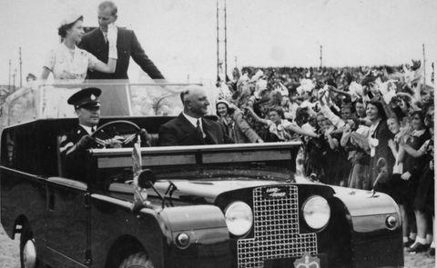 La reine Elizabeth II et le duc d'Édimbourg dans un Land Rover ouvert