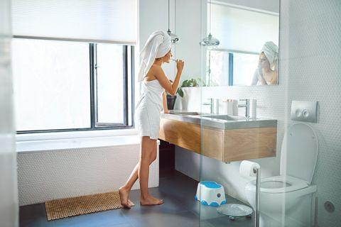 vrouw die haar tanden poetst