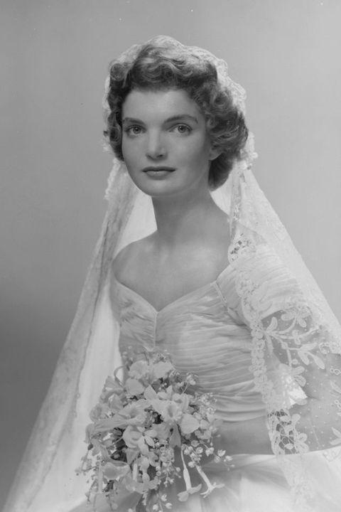 portrait nuptiale de jacqueline lee bouvier 1929 1994 la montre dans une robe de mariée conçue par anne lowe, un bouquet de fleurs dans ses mains, new york, new york, 1953 photo par bachrachgetty images