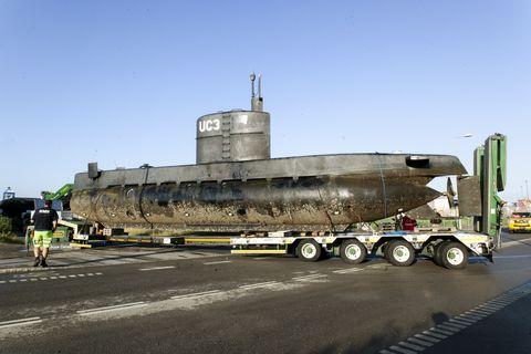 کپنهاگ ، دانمارک در 13 اوت ، زیردریایی خصوصی Nautilus ، که صحنه جرم ادعایی قتل روزنامه نگار سوئدی کیم وال است ، از بندر کپنهاگ توسط یک کامیون برای تحقیقات بیشتر پزشکی قانونی در نزدیکی بندر در 13 آگوست . ، 2017 در کپنهاگ ، دانمارک ، زیردریایی پنجشنبه شب با مالک پیتر مادسن و دیوار کیم از بندر کپنهاگ به راه افتاد ، بعدا این زیردریایی در 8 متری آب غرق شد پیتر مادسن به سلامت نجات یافت ، اما روزنامه نگار سوئدی ناپدید شد و پس از آن مادسن توسط پلیس دستگیر و به جرم قتل متهم شد ، مادسن ادعا می كند كه زن قبل از غرق شدن زیردریایی در ساحل آزاد شد ، مادسن بعد از ظهر شنبه برای دادرسی مقدماتی در دادگاهی در كپنهاگ حاضر شد.  پلیس اکنون از زیردریایی که توسط خود مادسن ساخته شده است تحقیق خواهد کرد ، روزنامه نگار سوئدی همچنان تحت تعقیب پلیس است ، هویت وی روز شنبه توسط خانواده اش منتشر شد ، برای اپراتور تلویزیون دانمارک tv2photo توسط ole jensen corbiscorbis از طریق تصاویر گتی