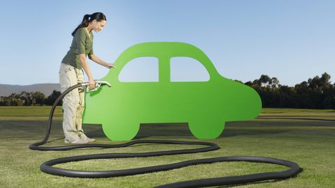 vrouw met groene auto