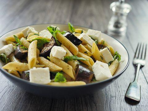 La pasta con le zucchine fredda con feta e menta è la ricetta più fresca e colorata di stagione, e si prepara così