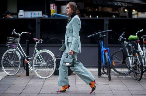 Bicycle, Bicycle wheel, Street fashion, Vehicle, Hybrid bicycle, Snapshot, Transport, Fashion, Mode of transport, Bicycle accessory,