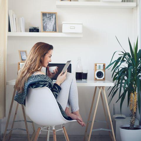 vrouw leest een tijdschrift op haar ipad