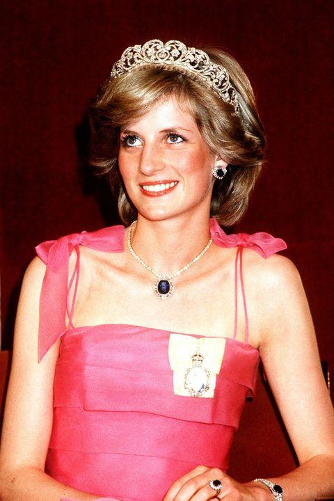 le prince et la princesse de galles en tournée en australie et en nouvelle-zélande au printemps 1983, la princesse diana assiste à une réception officielle à l'hôtel crest à brisbane, elle porte une robe rose et une bague de fiançailles diadème et saphir, 11 avril 1983 photo de gavin kentmirrorpixgetty images