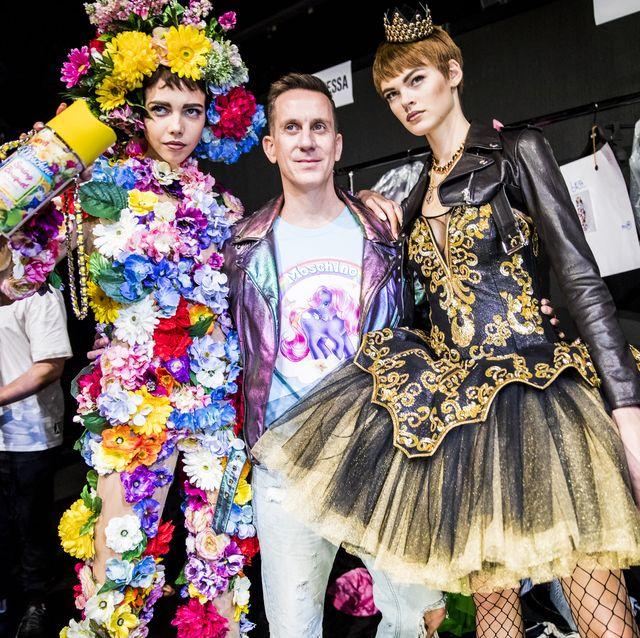 設計師jeremy scott 在moschino 後台與模特兒拍照
