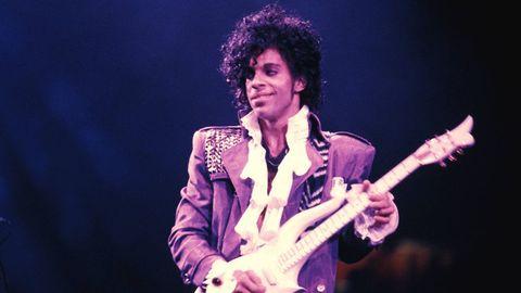 Performance, Entertainment, Music artist, Musician, Music, Performing arts, Guitarist, Singing, Singer, Microphone,