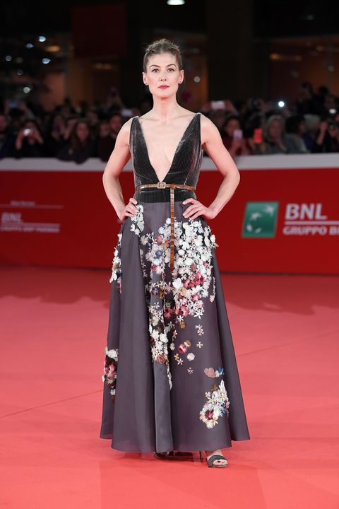 Red carpet, Fashion model, Carpet, Clothing, Flooring, Fashion, Dress, Gown, Hairstyle, Event,