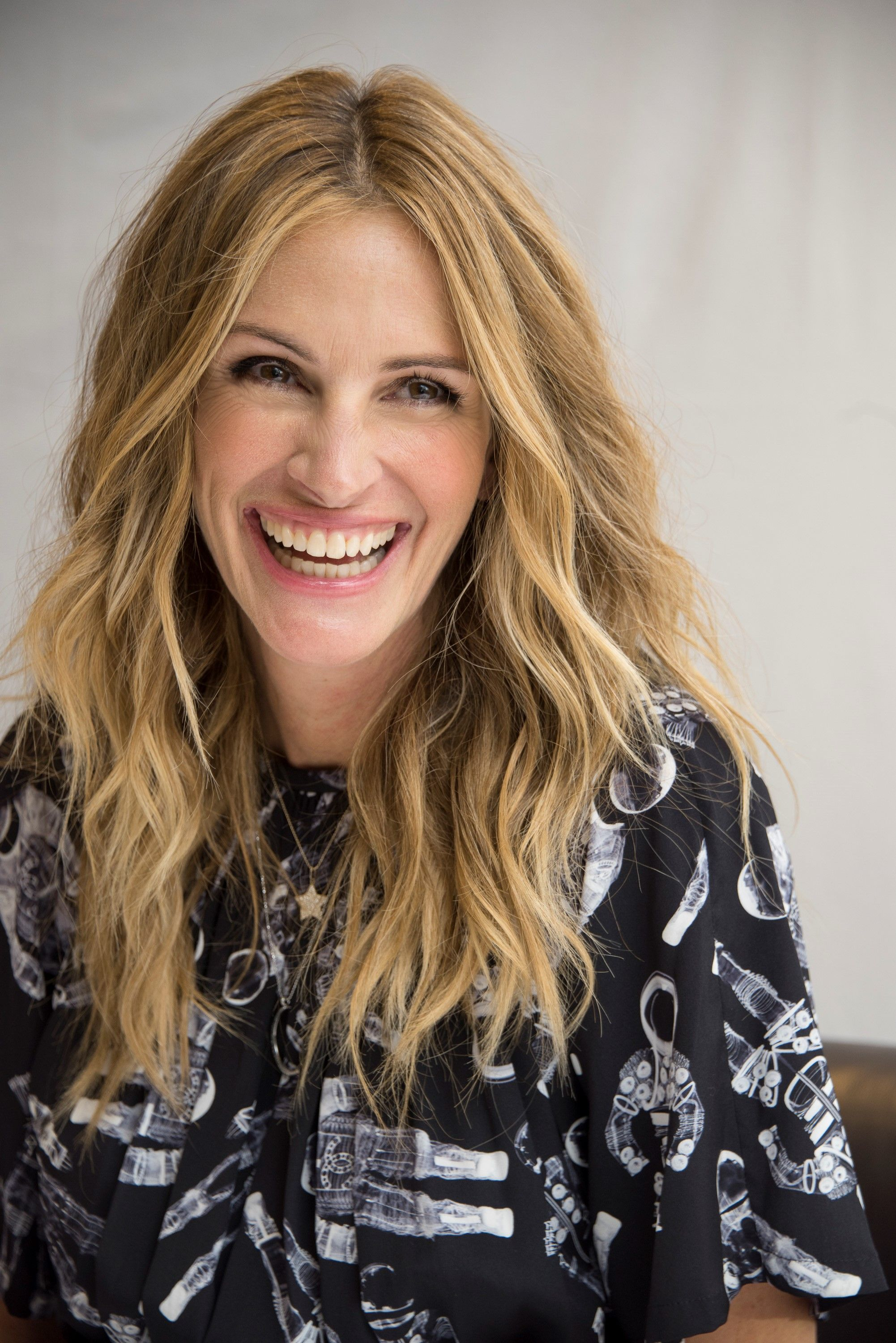 Julia Roberts Cut Her Hair Into A Tousled Lob Her Shortest Cut In Years