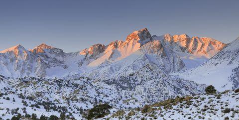Mountainous landforms, Mountain, Mountain range, Massif, Ridge, Glacial landform, Wilderness, Alps, Snow, Sky,