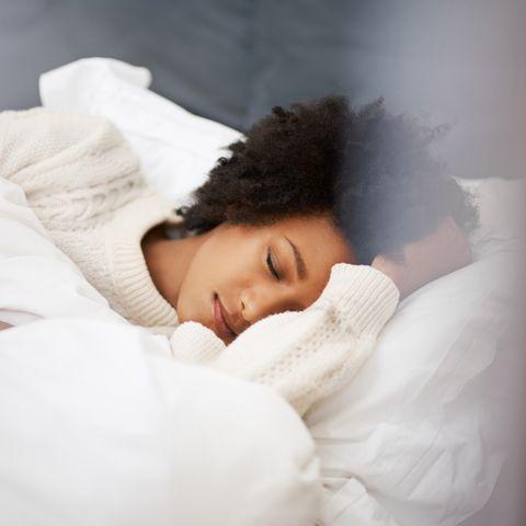 Lip, Comfort, Skin, Eyebrow, Textile, Bedding, Linens, Eyelash, Bed sheet, Black hair,