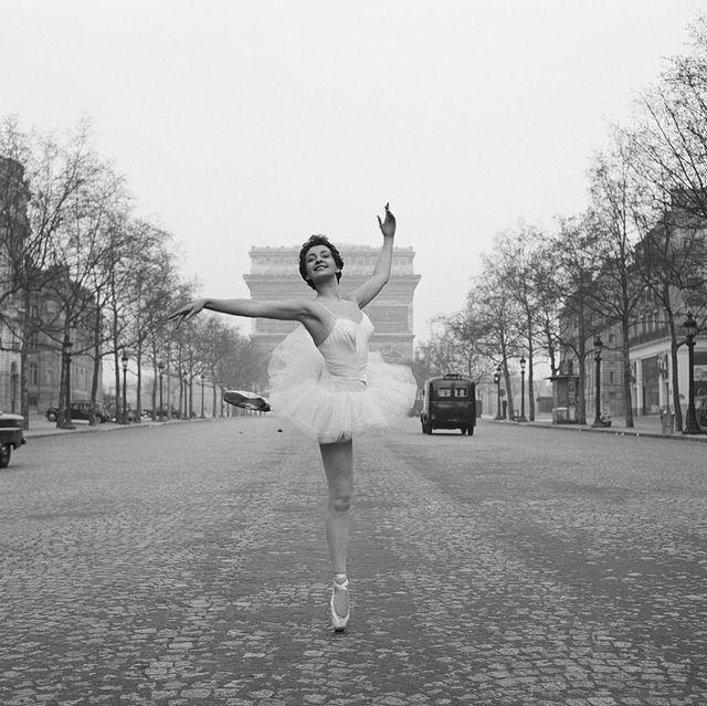 White, Photograph, Black, Black-and-white, Monochrome, Monochrome photography, Ballet dancer, Beauty, Snapshot, Standing,