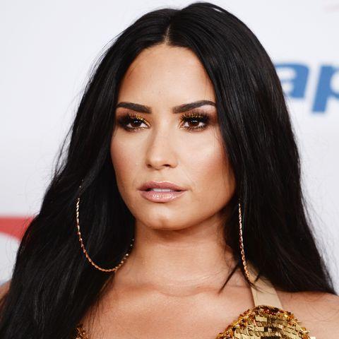 Hair, Hairstyle, Face, Eyebrow, Lip, Long hair, Black hair, Beauty, Forehead, Layered hair,